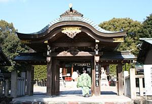 城山八幡宮の門